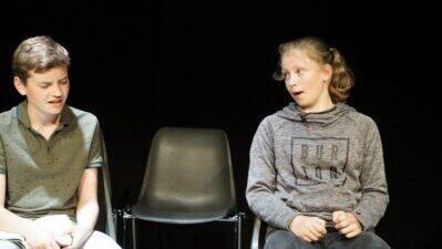 Zwei Kinder in einer Bühnenszene